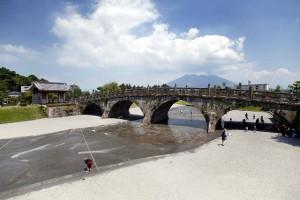 本物の石橋にふれて学ぶ歴史の駅